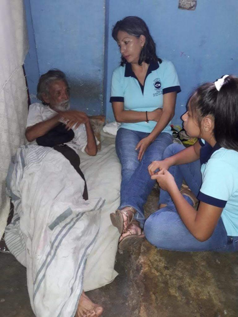 En las Imágenes, la Conferencia Padre Gualberto Pérez haciendo sus visitas a personas ancianas que han sido prácticamente abandonadas por sus familiares. Les ayudan con víveres, les brindan afecto y compañía
