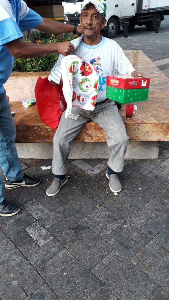 En las imágenes, la Conferencia San Gabriel de Perboyre ayuda a estas personas, quienes no tienen donde vivir, por tanto habitan en las calles. Se les entrega un set para la limpieza corporal diaria, además de víveres para la Navidad, galletas y pan de Pascua.
